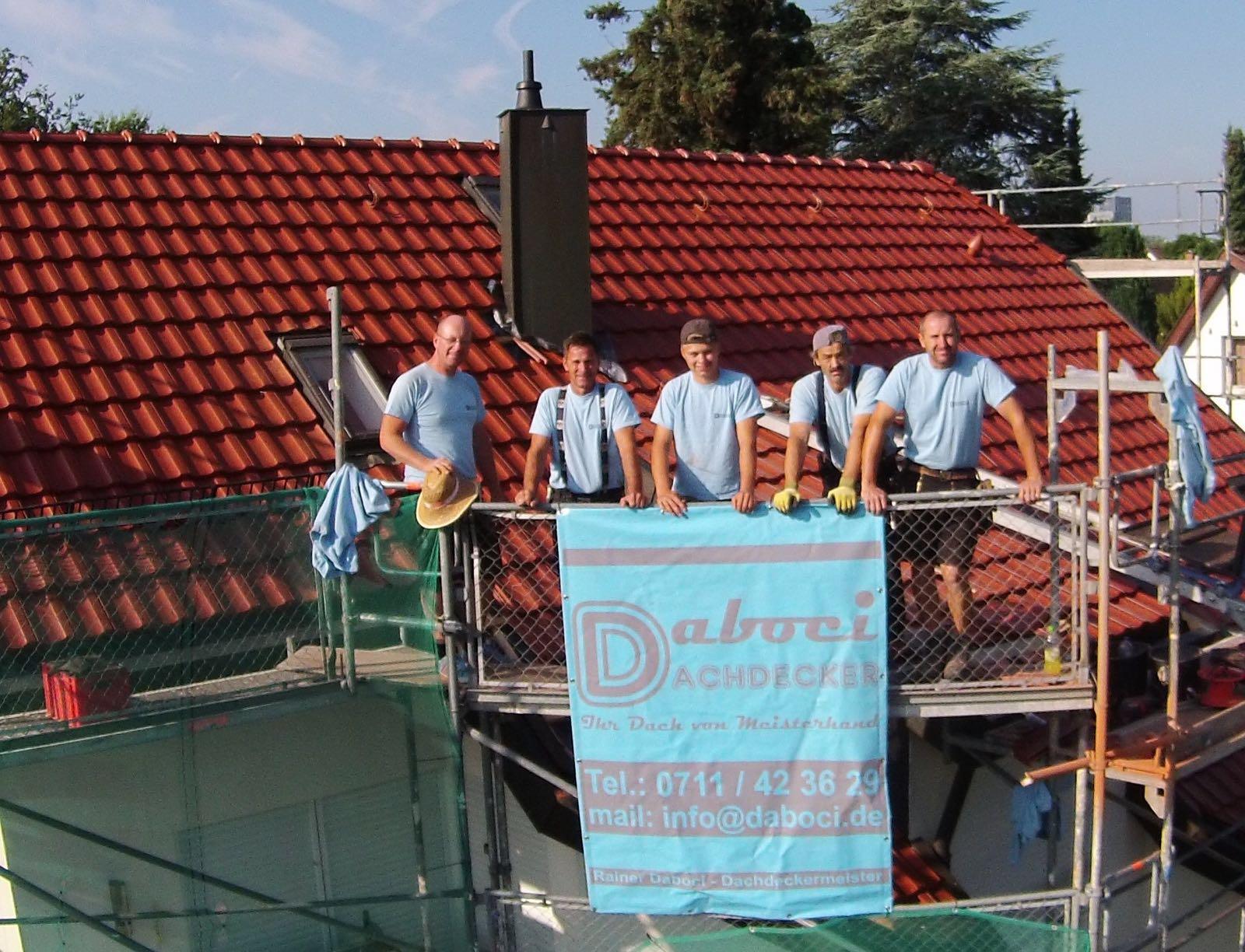 Mein Team mit fertig gedeckten Dach im Hintergrund